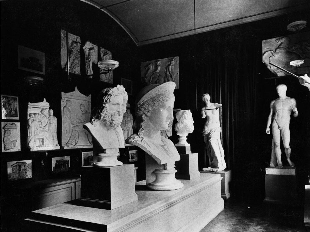 Wystawa odlewów gipsowych podarowanych przez K. Lanckorońskiego, pocz. XX w., wł. Muzeum UJ