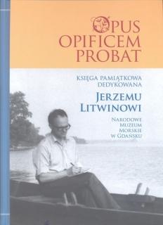 Okładka książki z postacią siedzącego mężczyzny piszącego w zeszycie na tle jeziora, fotografia czrno-biała, powyżej tytuł książki.